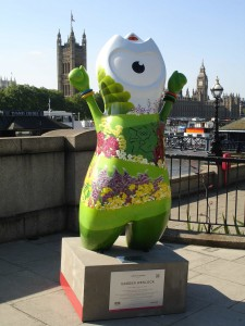 Lovely Garden Wenlock by Lambeth Bridge almost merges into his surroundings ... if it wasn't for all the concrete around him