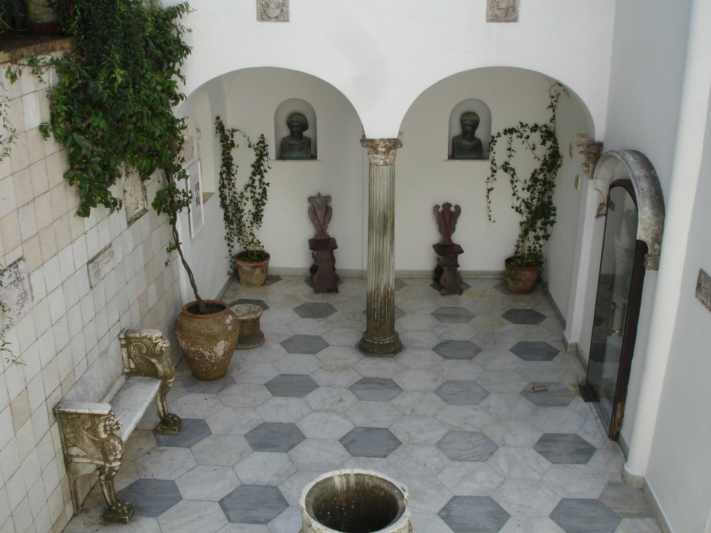 The beautiful courtyard inside the Villa San Michele di Axle Munthe. Doctor Munthe's salary must have been very healthy indeed (hawh-hawh) to afford all this
