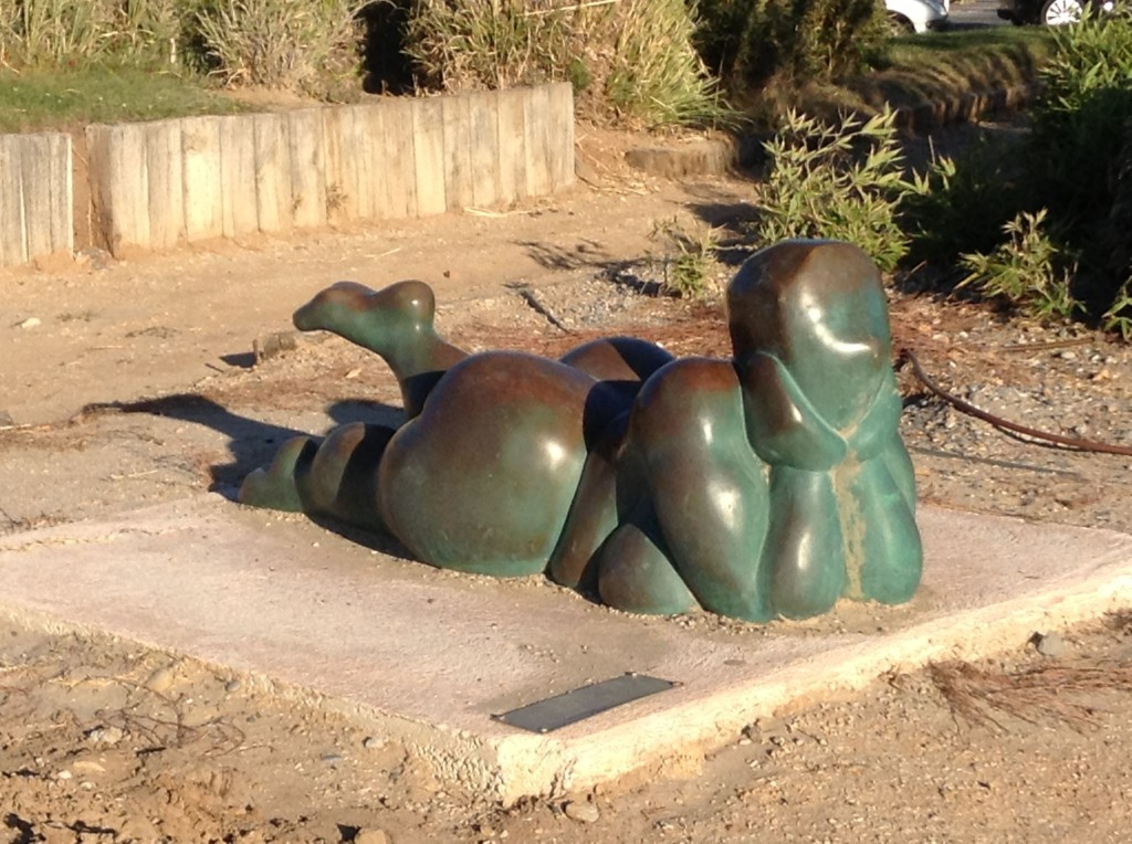 The beautifully curvy 'Brindille' by local sculptress Roselyne Conil, sunbathing along the coast between Cassis and Bandol ...