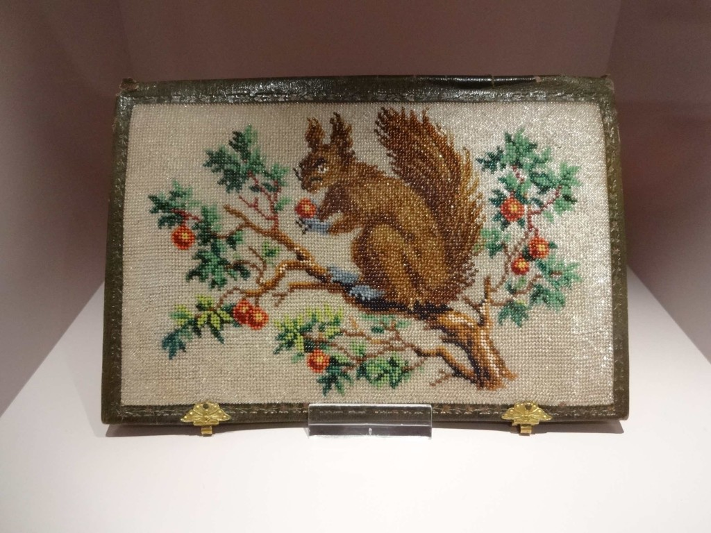 Such beaded bags were often adorned with flowers, birds, weeping willows, temples, Oriental figures and moustached squirrels
