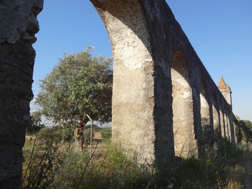It is possible to walk alongside the aqueduct, particularly once past the Forte de Santo António and the road to Arraiolos. The path however, is overgrown and not at all maintained...