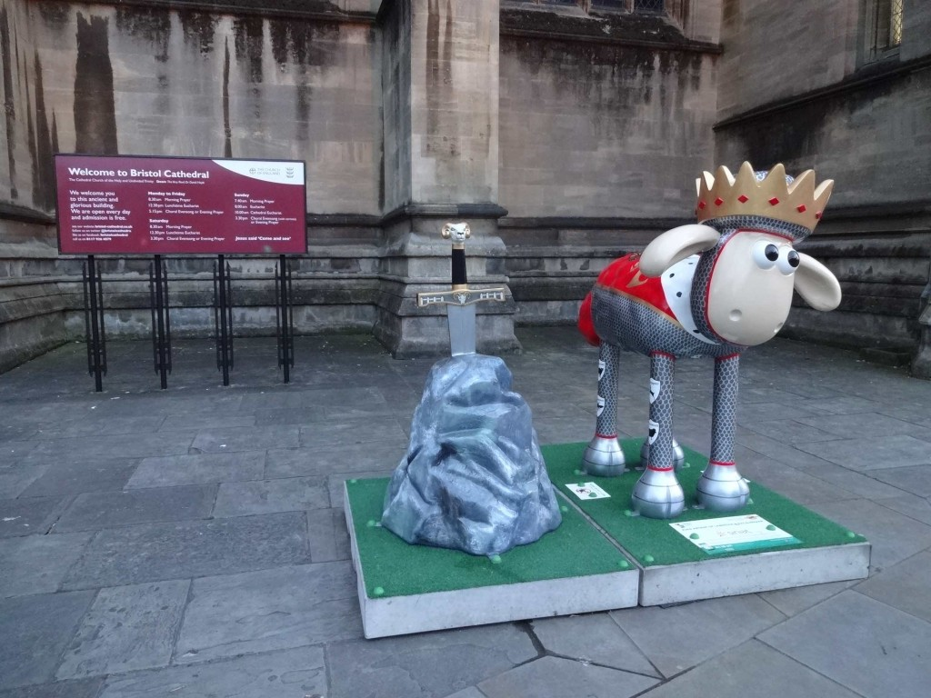 Bristol Shaun in the City, Heritage trail, King Arthur of Lambelot and Excalibaaar, Huncan Daskell, Sinlat UK, College Green by Bristol Cathedral, front with sign