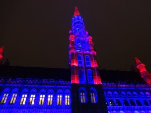 http://www.theladytravels.com/wp-content/uploads/Brussels-Christmas-2014-Grand-Place-light-show-blue-and-red-300x225.jpg