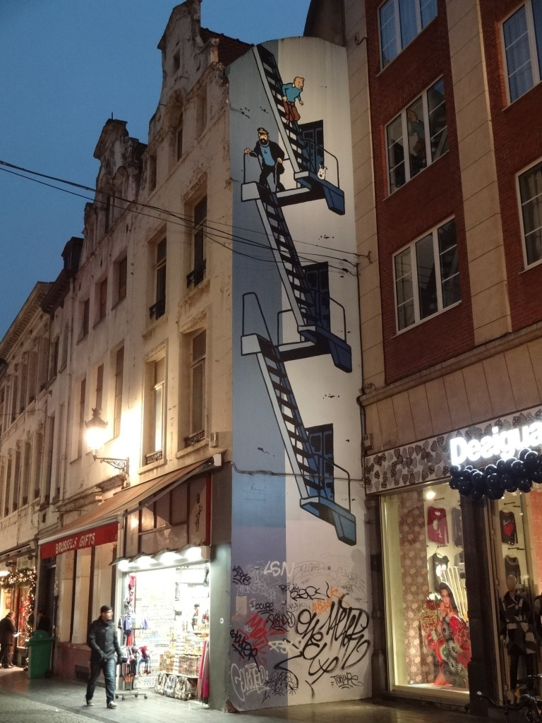 And of course this comic strip walk wouldn't be complete without a mural of Tintin. Tintin, Milous et le Capitaine Haddock dans l'affaire Tournesol ('... in the Calculus Affair') along Rue de l'Etuve (the Mannken Pis is just a few hundred metres further up ahead)