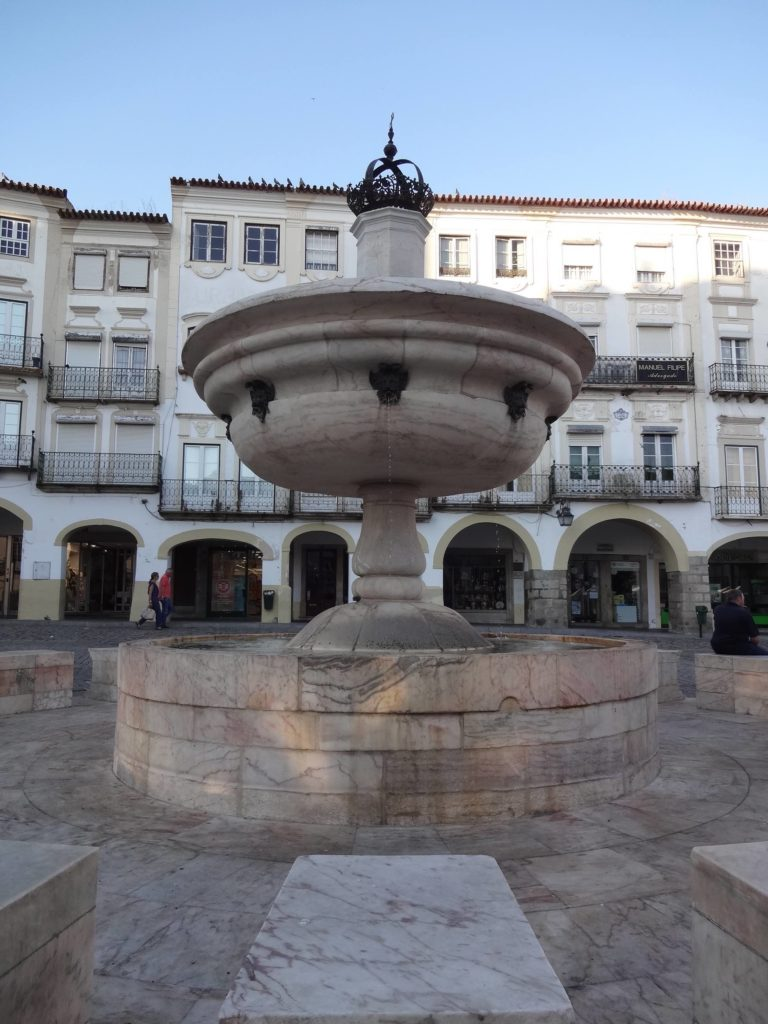 The less-than-attractive fountain in Praça do Giraldo