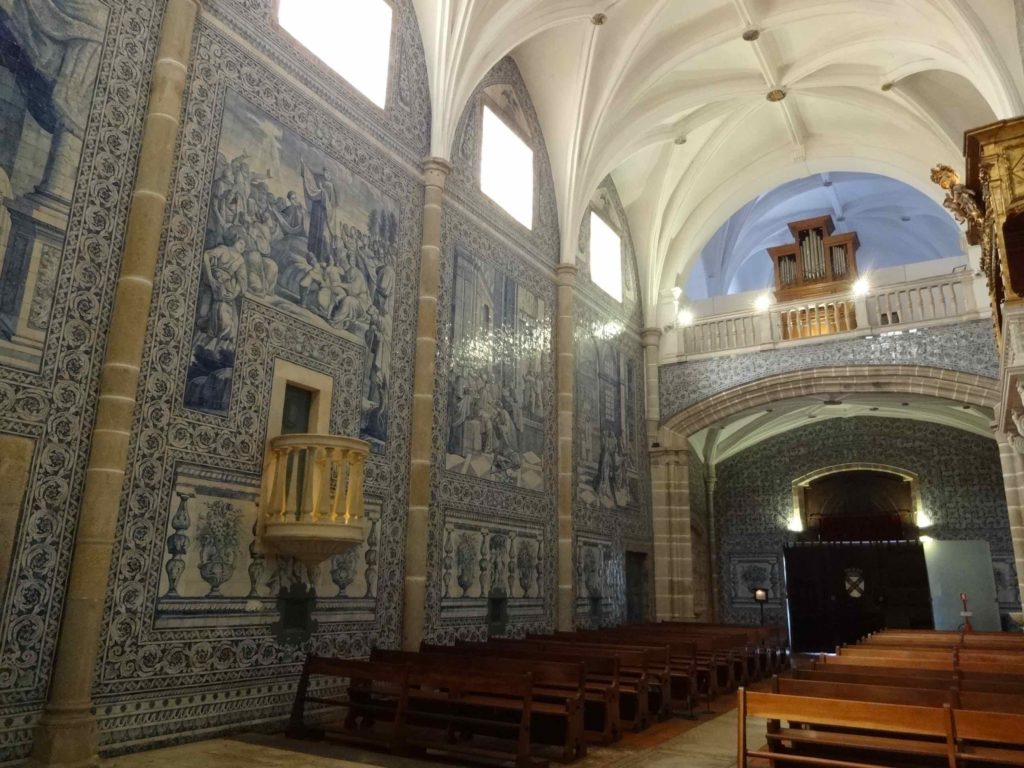 These stunning tiles, covering the whole interior of the church, were made in the eighteenth century by one of Portugal's most famous tile-makers of the time: Antonio de Oliveira Bernardes