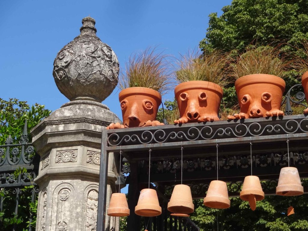 potanpo-claude-ponti-in-le-jardin-des-plantes-de-nantes-pots-over-entrance-detail