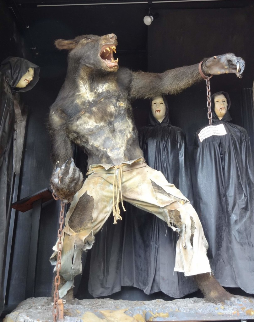 I wasn't the only one to find the vampire mannequins laughable
