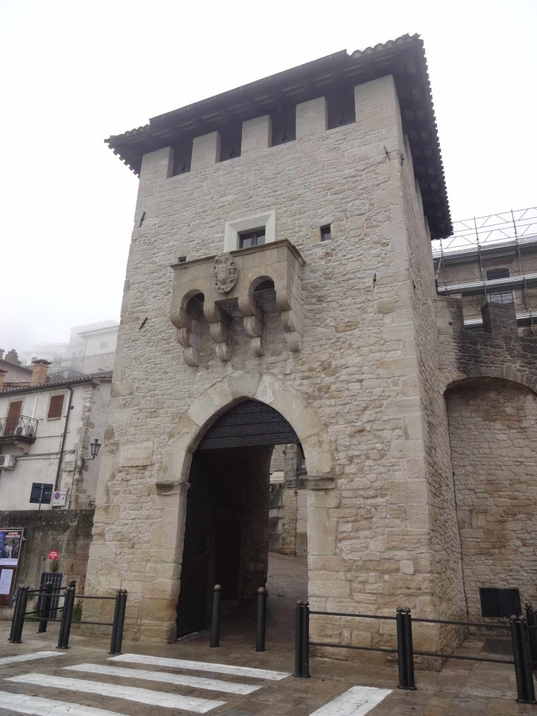 Police officers are often stationed by the Porta San Francesco (Saint Francis's Gate), first built in 1361 as a guarding post within the walls of the city
