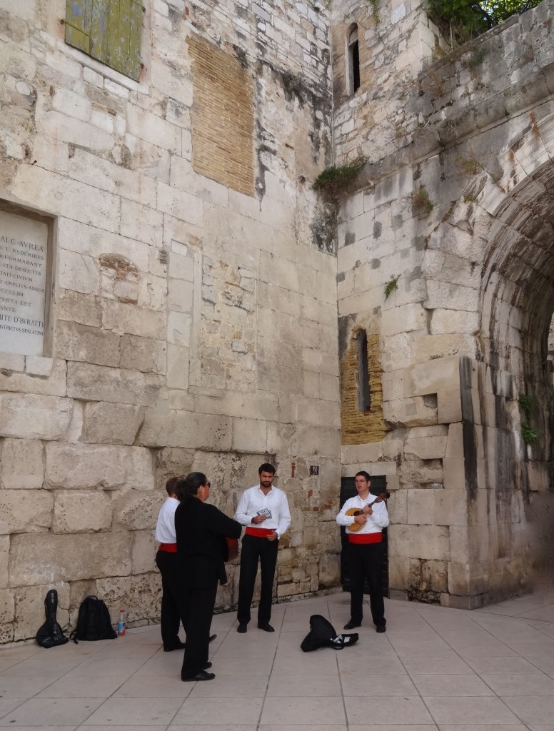These Klapa performers sang of their delight and luck on finding a free corner within the palace to perfom