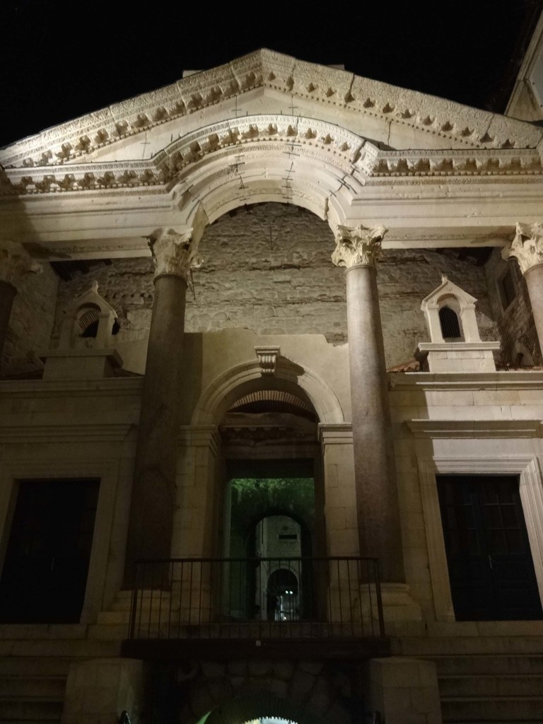 The entrance to the vestibule by night
