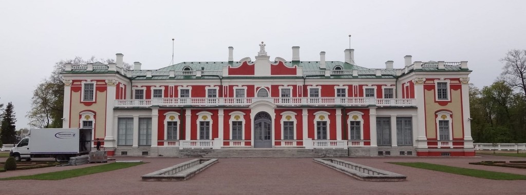 The beautiful baroque Kadriorg Palace ... with plenty of parking space at the front for delivery vans