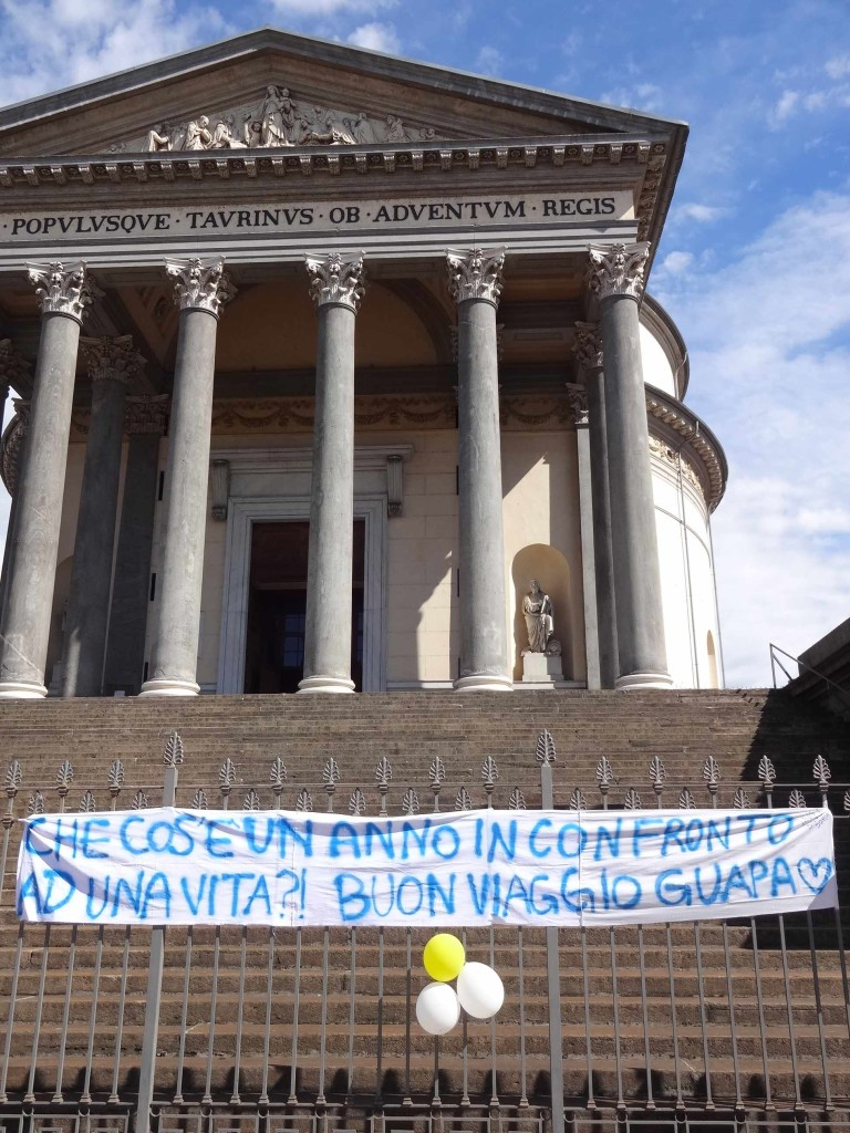 """There were no signs of any Minis nor any wedding parties coming down the steps today, but there was this birthday greeting for 'Guapa': """"What is a year compared to a life?!"""" Indeed"""