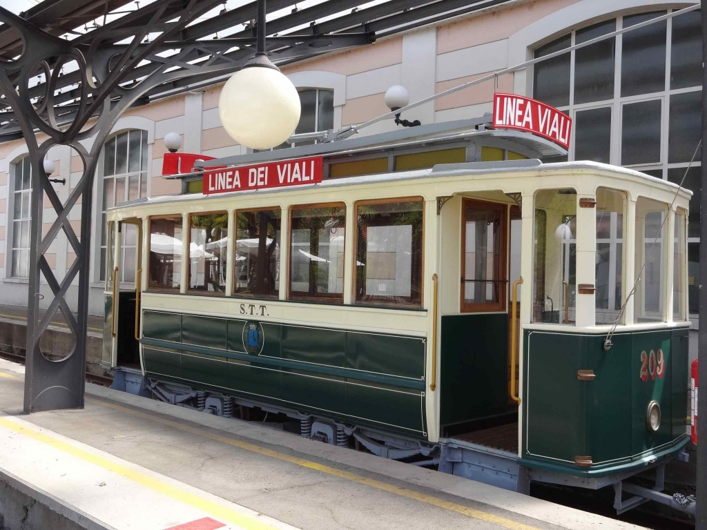 A display funicular carriage on the neighbouring platform to whet passengers' appetites