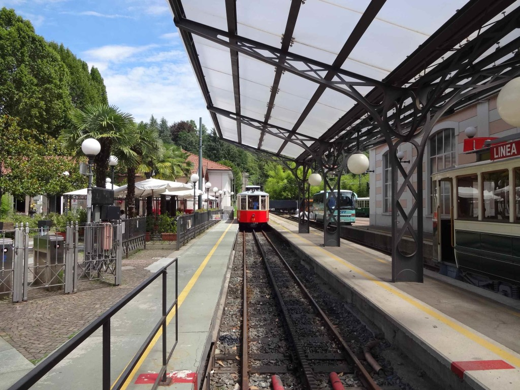 The funicular coming into the platform